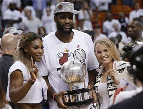 Yes, that is Greg Oden with Serena Williams and Caroline Wozniacki.